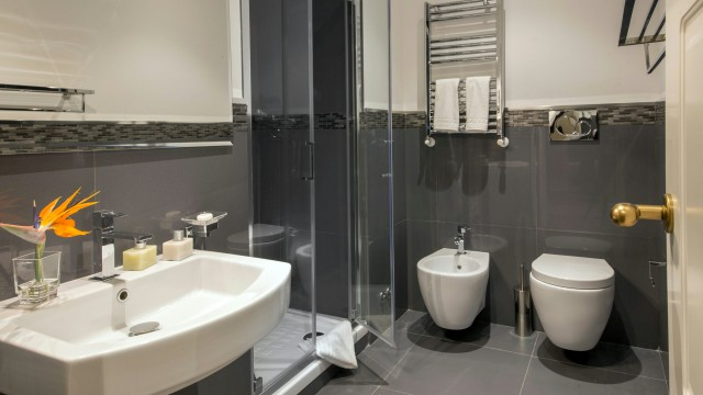 tridente-suites-rome-bathroom-12